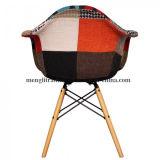 布のクッションのパッドが付いている360度の旋回装置のチューリップの椅子