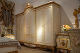 La mano di legno solido 0067 ha intagliato il guardaroba classico di verniciatura afflitto
