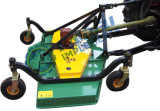 スポーツ界、ゴルフコースのまわりの仕上げの芝刈り機作業