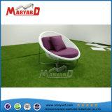 屋外の庭の藤の単一の椅子