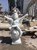 Чисто белые мраморный скульптуры херувима