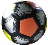 5#によって薄板にされるサッカーボール