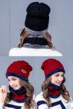 As mulheres aquecem o chapéu feito malha de lãs com lenço de pescoço de lã