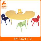 A tabela pré-escolar do jardim de infância da mobília das crianças caçoa cadeiras e tabelas plásticas