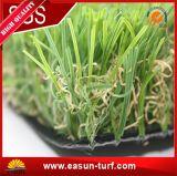 Bella erba artificiale del tappeto erboso per la casa, il giardino, gli sport e gli animali domestici
