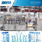 작은 플라스틱 병에 넣은 물 충전물 기계