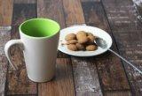 La tazza di caffè di ceramica all'ingrosso con personalizza il colore con stampa di marchio
