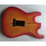 炎にあてられたかえでの上が付いている2部分のAlderの開始のギターボディ