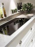 Aprontar para montar o gabinete de cozinha do revestimento do PVC