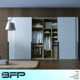 De houten Kabinetten van de Kast van de Garderobe van de Slaapkamer met Schuifdeur