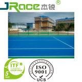 L'atleta mette in mostra la pavimentazione della superficie della corte di tennis