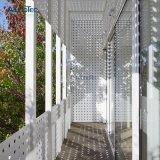 Договорная перфорированной металлической конструкции на станции пешеходный мост