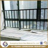 屋外のアパートによって電流を通される鋼鉄バルコニーの柵