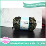回るデラックスで豪華な編むリングは金属ヤーンに玉を付ける
