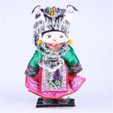 Poupées à broder en Chine riche pour la décoration à la maison avec des vêtements de beauté minoritaires Bienvenue en Chine