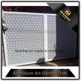 Puerta de aluminio de la cerca del chalet exterior