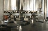 Latas de refresco automático de agua en la máquina de llenado