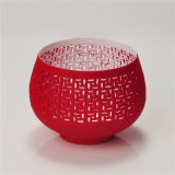 Roter farbiger Kerze-Halter mit durchbohrtem Muster