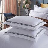 安く白い有機性綿のホテルのベッドの衣服