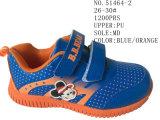 Trois chaussures courantes de gosses d'unité centrale de couleurs