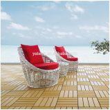 Rattan-im Freiengarten-Strand-Sofa mit Kissen und seitlichem Tisch