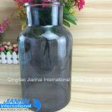 Bottiglia di vetro variopinta per la disposizione di fiore
