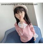 長い袖の(レースの袖口と)円形カラーによって編まれる女の子のTシャツ