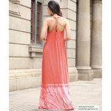 赤い女性は長くゴムの背部の服を入れる