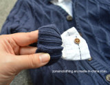 カーディガンのステレオの編まれたパターンによって編まれる子供のセーター