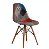 Silla de Comedor moderno Shell moldeado silla con patas de madera de espigas blanco