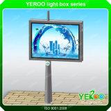 Strada principale economizzatrice d'energia che fa pubblicità al tabellone per le affissioni solare esterno della visualizzazione