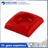 Carré rouge de la mélamine cendrier avec couvercle