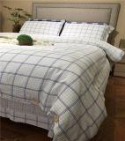 寝室の贅沢なサテンのホテルのシーツ