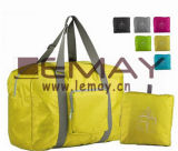 Se plier durable de filles portent des sacs à provisions de course,