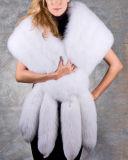 女性のキツネの毛皮のスカーフかショール