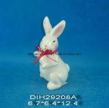 Coniglio di ceramica della decorazione di Pasqua con la decorazione del nastro