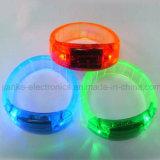 El favor de partido vendedor caliente 2016 LED enciende para arriba el Wristband con insignia impreso (4011)