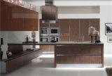 白い木製のベニヤが付いている食器棚