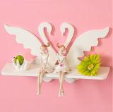 美しく白いプラスチック記憶の本が付いている小さい壁の棚
