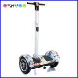Individu debout de 10 pouces équilibrant l'E-Scooter électrique