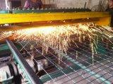電流を通され、PVCによって塗られる溶接された網