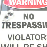 Aucuns signes d'avertissement gravés en relief par plaque signalétique de infraction en métal de signe