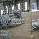専門家によって溶接される金網の塀の工場