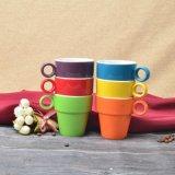 De Kleurrijke Ceramische Kop thee Staclabe van de glans met de Planken van het Metaal
