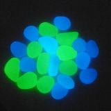 De blauwgroene Kiezelsteen van de Gloed in de Donkere Kiezelstenen van het Glas
