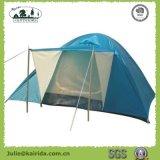キャンプする6つの人のIgluの二重層テントをハイキングする
