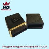 La caja de regalo de madera negra
