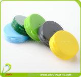 مستحضر تجميل يعبّئ غطاء بلاستيكيّة لأنّ زجاجة