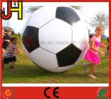عملاقة [بفك] كرة قدم قابل للنفخ لأنّ عمليّة بيع