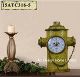 Vintage оформлены старинной красного пожарного гидранта металлические формы стола часы